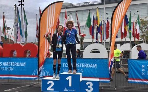 Petra Hasper op de hoogste trede: de Meppelse is zondag bij de Amsterdam Marathon kampioen van Nederland geworden in haar leeftijdsklasse.