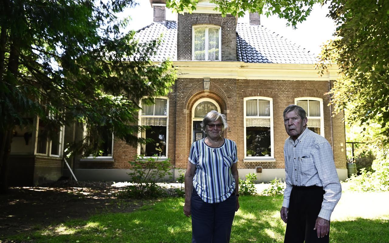 Jan en Greta Robaard in de tuin van de boerderij aan de Blankensteinweg.