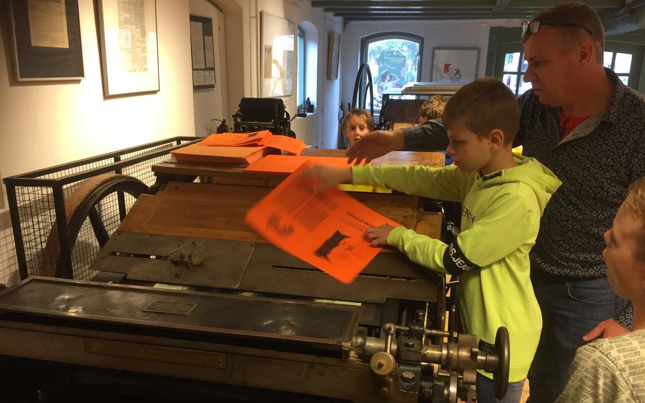 Leerlingen van De Akker drukken één voor één een Oranje-Bode.