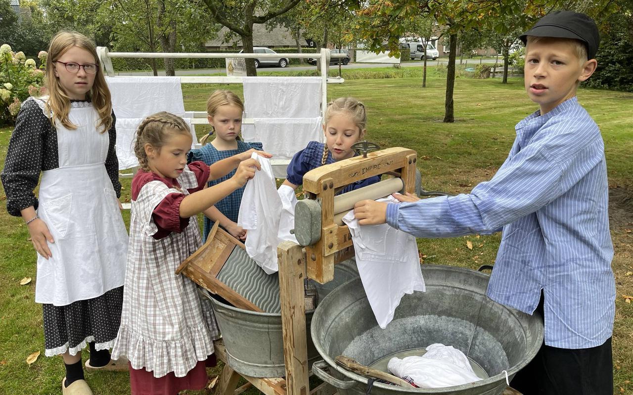 Terug naar 1920, waar kinderen op De Karstenhoeve keurig de was doen.
