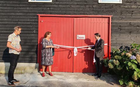 Burgemeester Eddy Bilder van de gemeente Zwartewaterland opent met Jolanda Langenberg vakantiewoning Deel Vier.