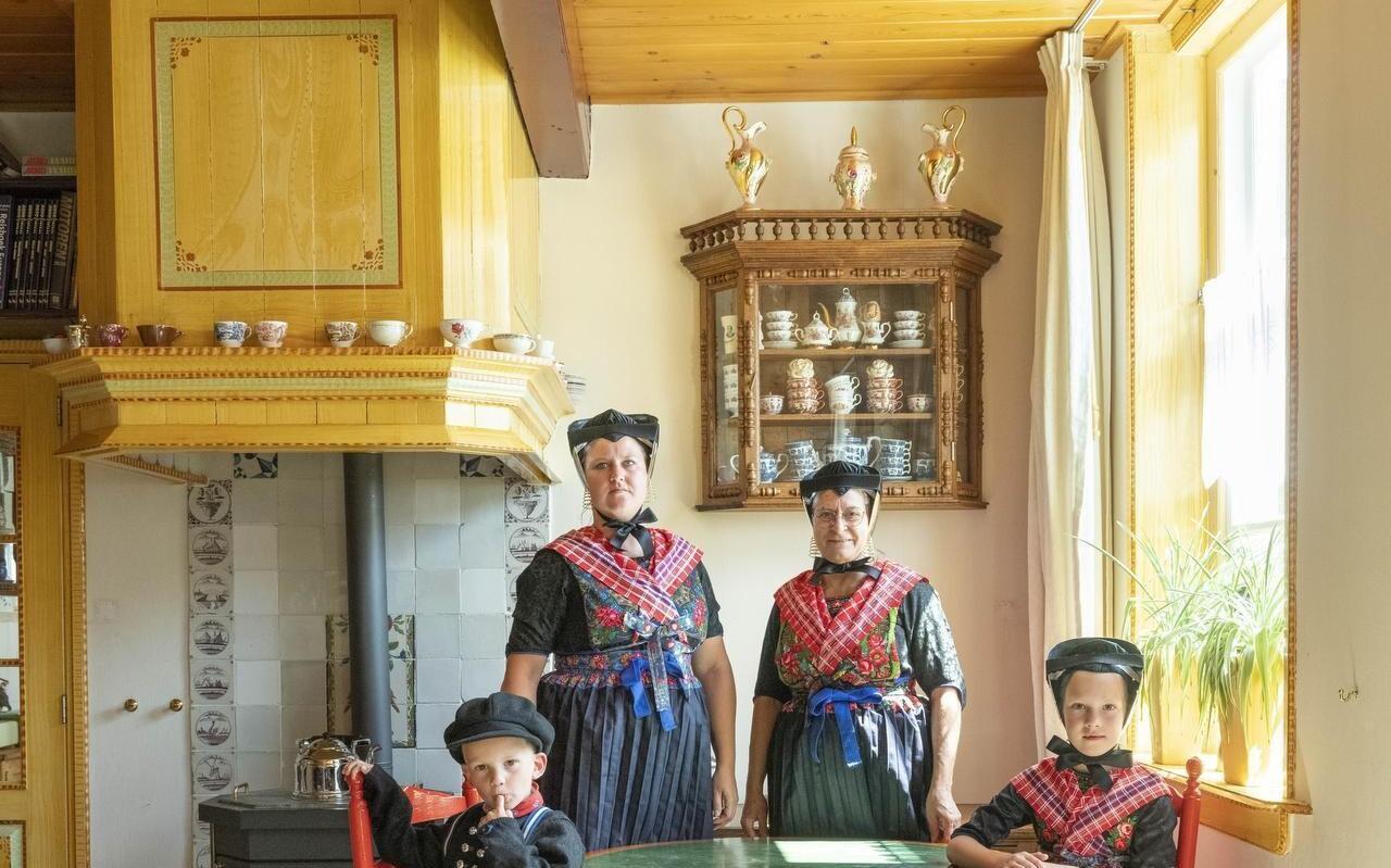 Een foto van Annie van Gemert. Het toont de vrijwel onbekende binnenwereld van de kleurrijke cultuur in Staphorst.