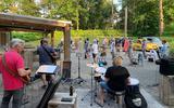 Popkoor Nameless repeteerde weer bij De Vossenburcht in IJhorst, door de warmte nog wel buiten.