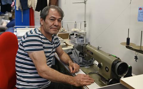 Alem Mirzad op zijn vertrouwde werkplek bij Stomerij Meinen.