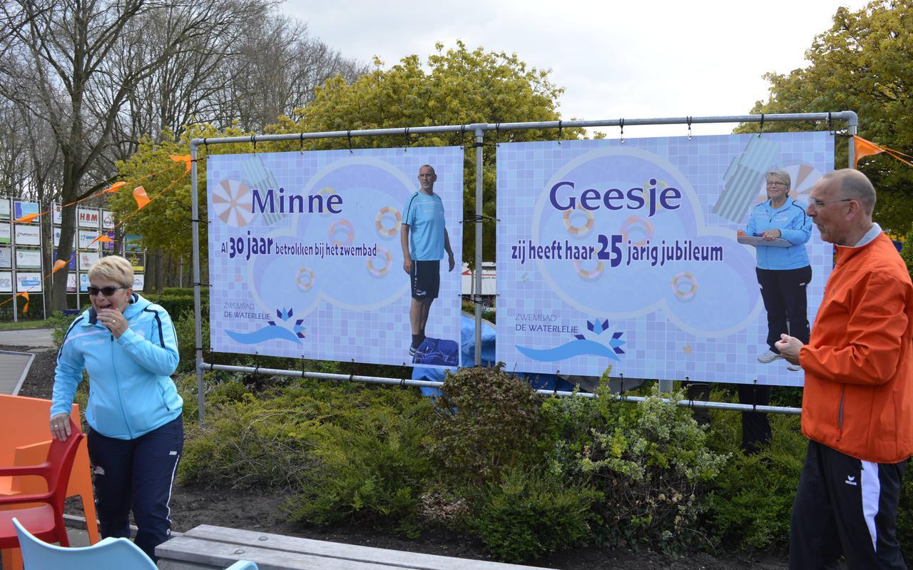 De verrassing is groot bij Geesje Dekker en Minne Jellema na de onthulling van de doeken. Geesje kan het haast niet geloven.