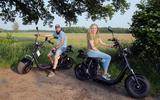 Daniël en Karolien Mennink met hun e-broezers in het fraaie Reestdal.
