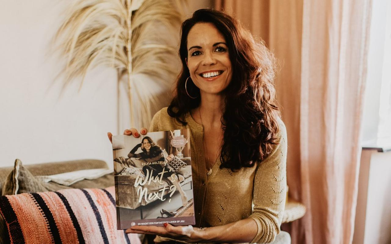 Sylvia Holtslag met haar nieuwe boek.