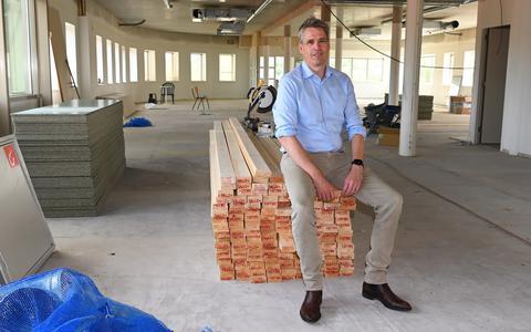 Directeur Henri Bouwknegt zit op de derde etage van het pand waar Multiselect Techniek naar toe gaat verhuizen.