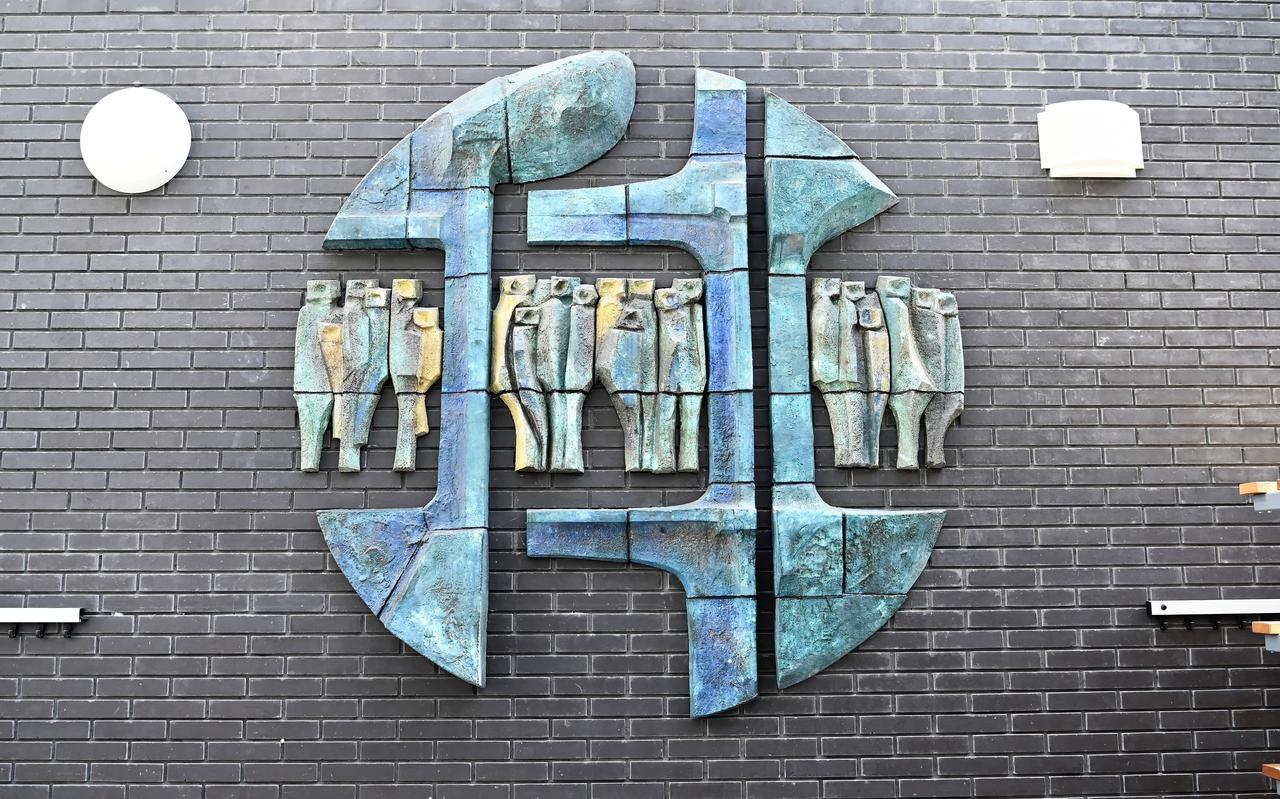 Het wandmozaïek van Herman Nieweg heeft een plek gevonden in de gang van Multifunctioneel Centrum Het Palet naar sporthal Koedijkslanden.