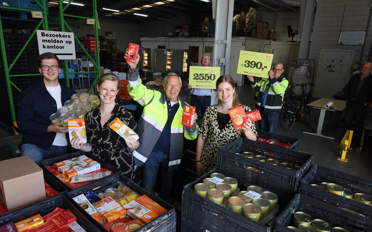 Boer Staphorst schenkt 2550 levensmiddelen aan voedselbank Meppel. 'Fantastisch dat iedereen zo meeleeft'