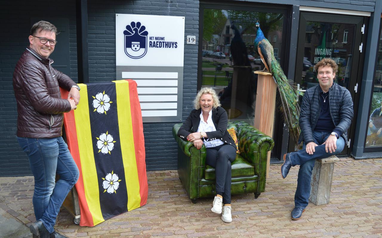 Pand-eigenaars Jan Bork (links) en Ronald Luning (rechts) met in hun midden creatief brein Margriet Steenbergen.