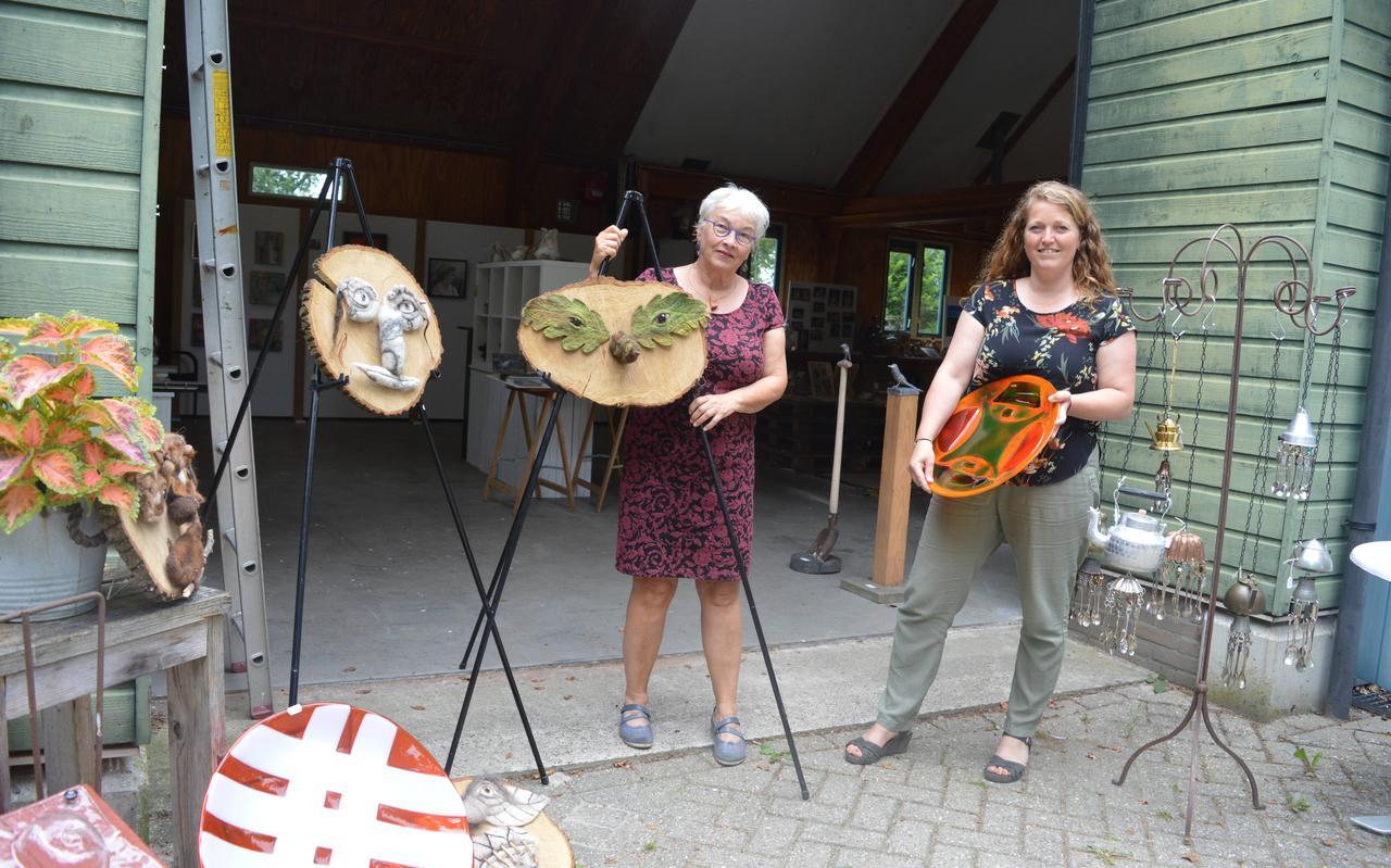 Marijke van der Linden (l) en Annemiek Echten bij de ingang van de oude werkschuur van Staatsbosbeheer, nu dus even galerie.