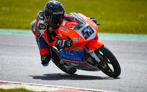 Kiyano Veijer uit Staphorst, in actie tijdens zijn eerste racetest in het Engelse Snetterton.