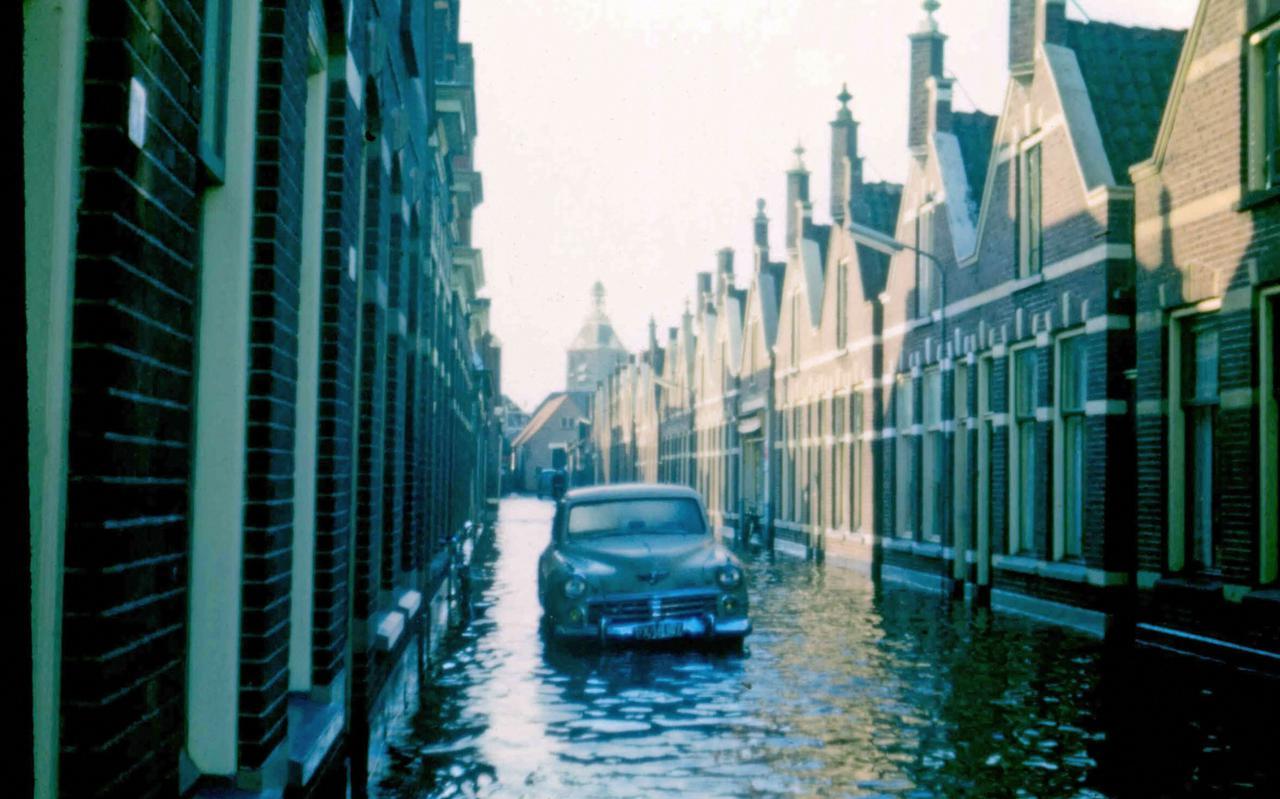 De Voorstraat in 1960 tijdens de wateroverlast in de binnenstad.