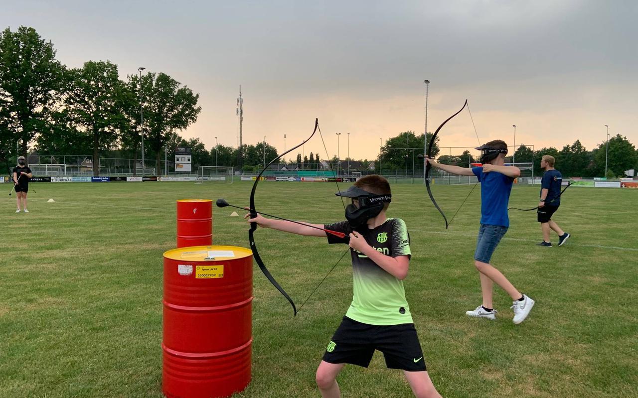 De jeugd van Koekange leefde zich helemaal uit met 'archery attack'.