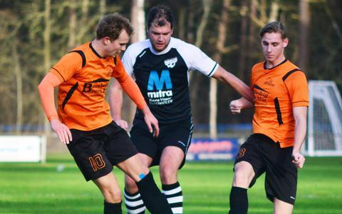 VV IJhorst in het kenmerkende oranje-zwarte tenue.