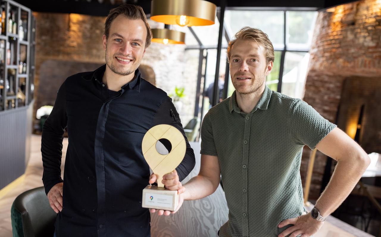 Thijs de Lange (links) en Stefan Hoekstra van restaurant Villa Kalkoven hebben de Google Golden Pin Award gewonnen.