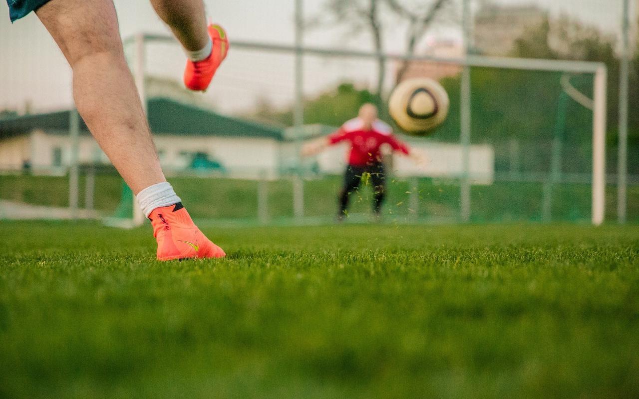 Voetbalverenigingen hebben al offertes opgevraagd om duidelijkheid te krijgen over de kosten van ledverlichting.