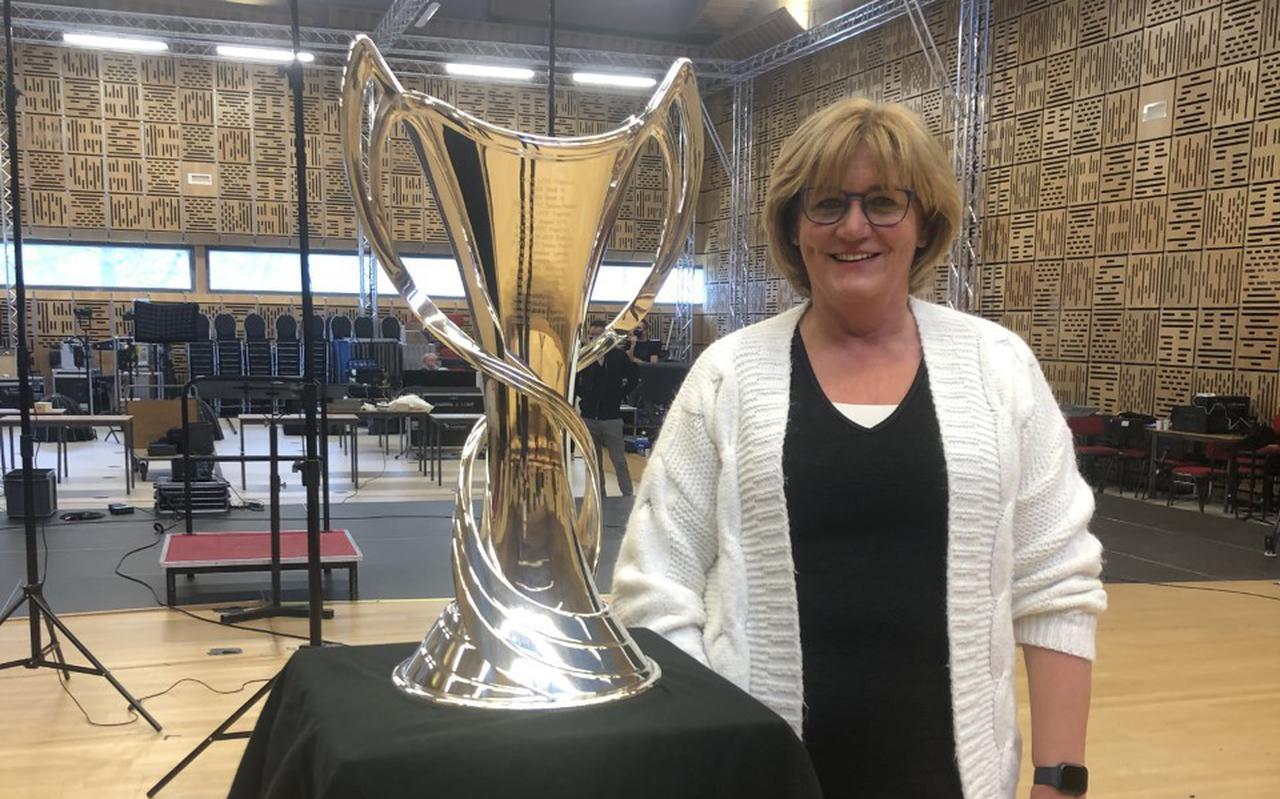 Els Woldberg met de Champions League-beker voor vrouwen.