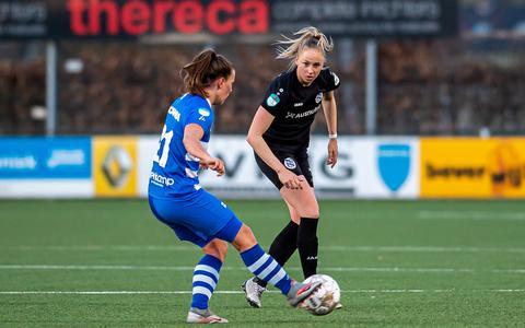 Elze Huls van SC Heerenveen wacht geconcentreerd af wat Dominique Bruinenberg van PEC Zwolle met de bal gaat doen.