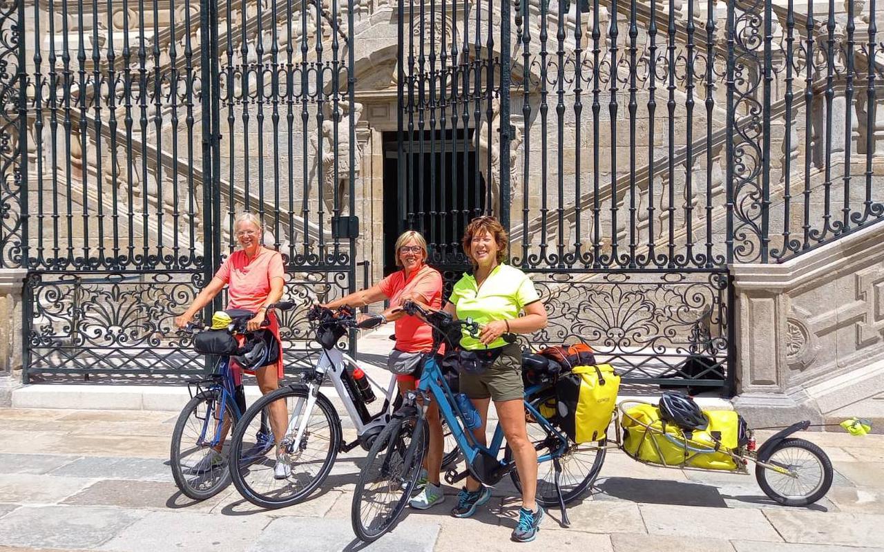 Daar staan ze dan op een op zonovergoten Praza do Obradoiro in Santiago de Compostela: Aukje, Albi en Erna na een rit van 2500 kilometer in 63 dagen.