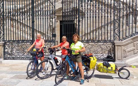 Dappere Drentse dames uit Koekange en IJhorst halen Santiago de Compostella al steppend en fietsend. Tocht gaat de boeken in als zeer nat en zwaar.
