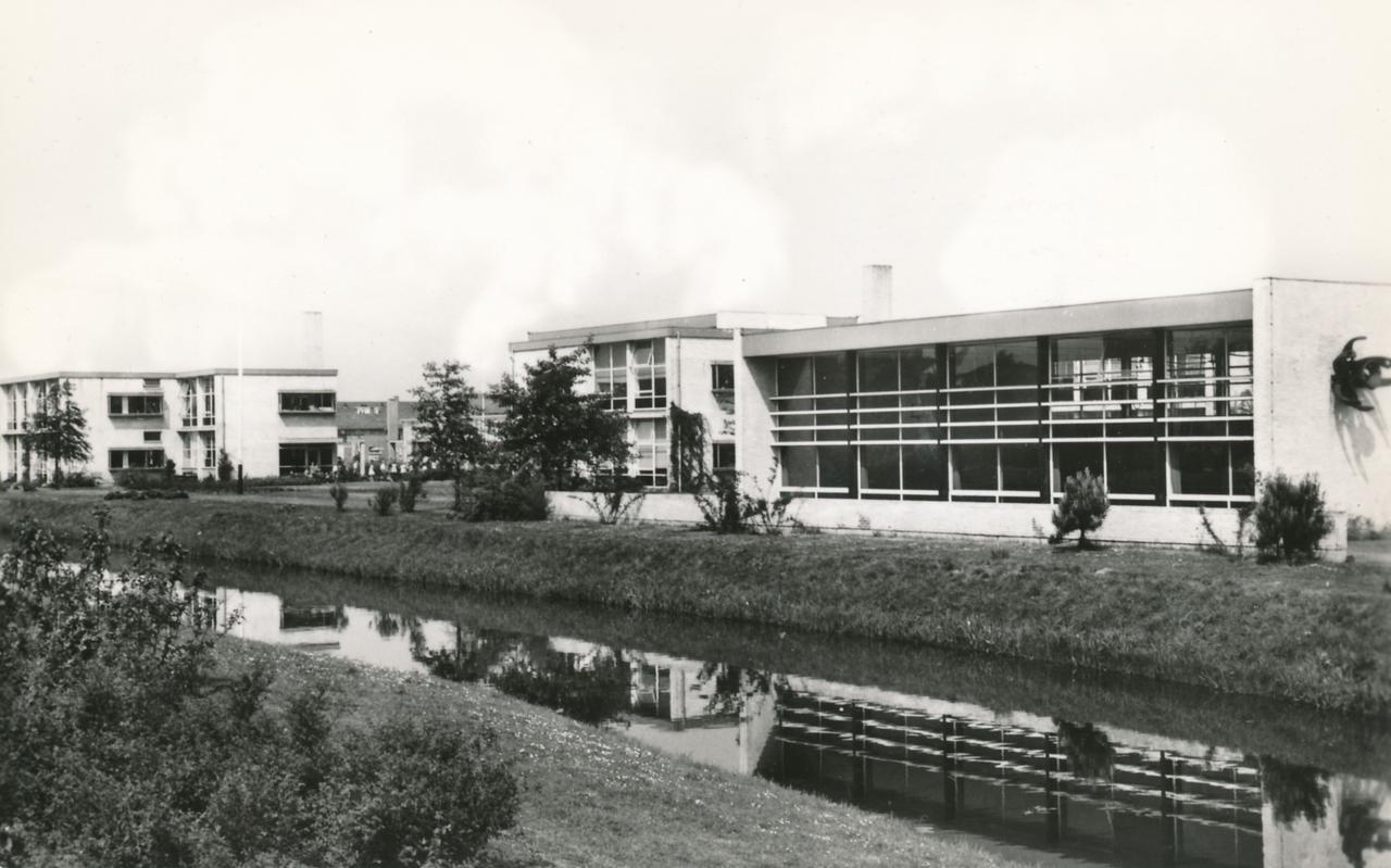 De scholen langs de Wold Aa zijn bereikbaar via bruggen. Het complex, inclusief de bruggen, is ontworpen door architect Huig Maaskant uit Rotterdam en gebouwd in 1957.
