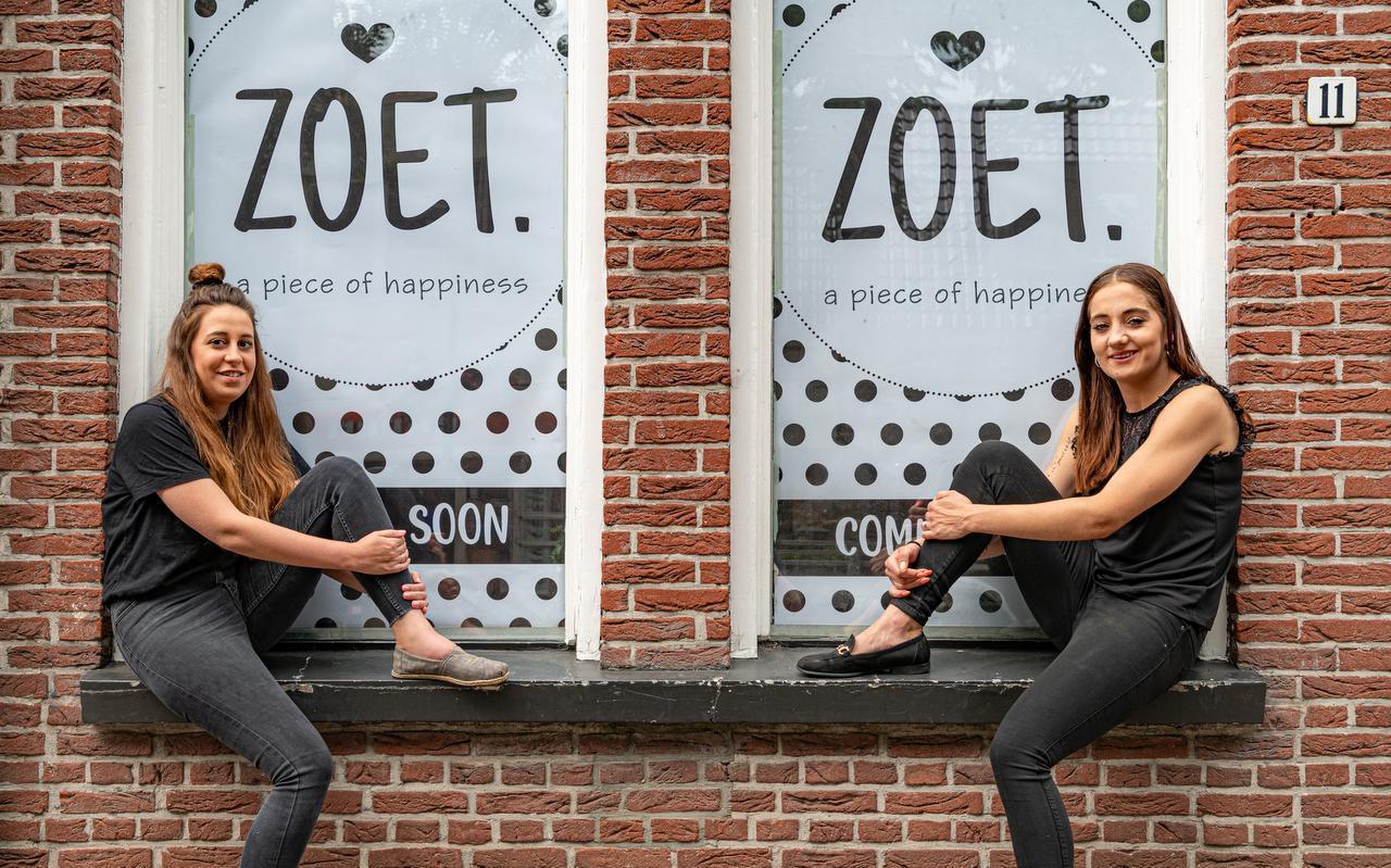 Andrea Dufour (links) en Angelina Blokzijl voor hun toekomstige onderneming ZOET aan het Prinsenplein.