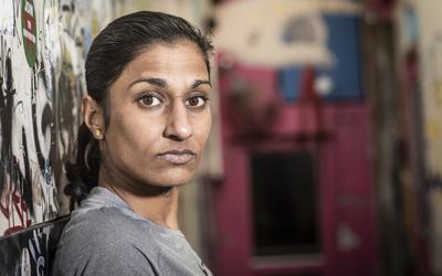 Ultrarunner Sameena van der Mijden komt met haar tocht tegen gedwongen prostitutie door Groningen, Assen en Hoogeveen.