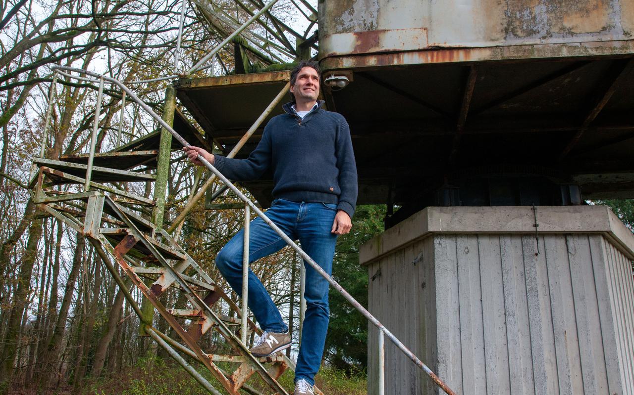 Kristiaan Smits van Noest Duurzaam bij de oude telescoop op het terrein van het Planetron ziet af van zijn initiatief in het voormalige ruimtetheater.