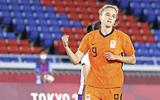 Vivianne Miedema viert een van haar twee doelpunten.