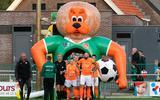 Opkomst van de spelers tijdens de laatste wedstrijd van FC Meppel, thuis, met publiek (bekerwedstrijd tegen WKE'16, uitslag 5-1).