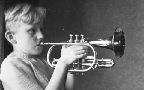Tiener Joost die denkt dat hij cornet kan spelen simpelweg door het instrument aan de mond te zetten. EIGEN FOTO