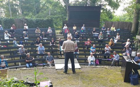 Een deel van het koor COV Steenwijk e.o. repeteert in De Speulkoele in Havelte.