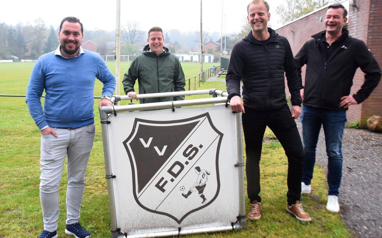 Bestuurders Karel Kuipers, Leon Lok, Henrico Greven en  Fons Fennis bij de ingang van het voetbalcomplex van FDS.