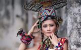 Kleding is een uniek onderwerp in de veiling. Indonesische mode-ontwerpster Dian Oerip schenkt een kledingset, rechtstreeks afkomstig van runway.