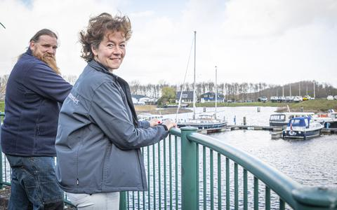 Havenmeesters Luit en Wendy in de haven van Vollenhove.