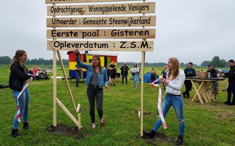 Janel de Boer heeft zojuist het roodwitte lint doorgeknipt en met die handeling camping de Toezebolte voor een dag geopend.